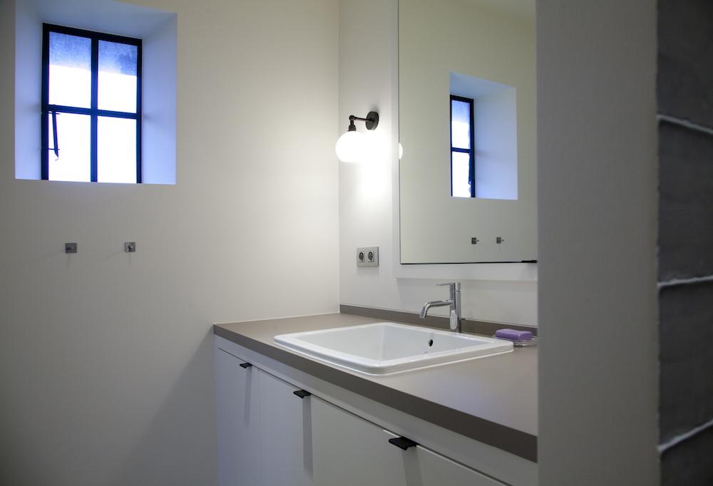 Landelijke kinderkamer met badkamer
